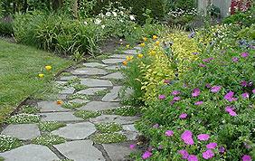aménagement d'allées et installation de massifs floraux