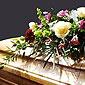 Cercueil et fleurs mortuaires