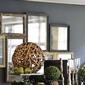 objets de décoration et miroir sur mur gris
