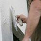 ouvrier en train de couvrir un mur