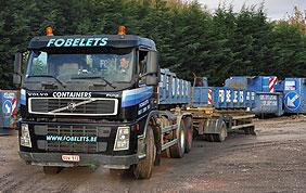 camion et nombreux containers