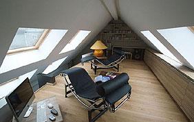 aménagement combles avec plancher en bois et placards sous pente