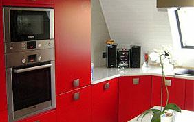 mobilier rouge avec électroménager encastré