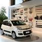 voiture blanche dans un showroom
