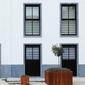 façade blanche et pierre bleue