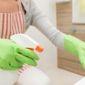 Technicienne de surface nettoyage spray Home Clean Services