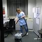 femme de ménage avec aspirateur