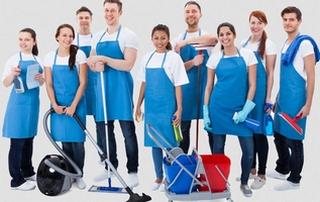 équipe de nettoyage avec matériel d'entretien