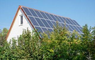 maison équipée de panneaux solaires