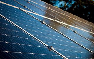 capteurs solaires sur toiture en pente