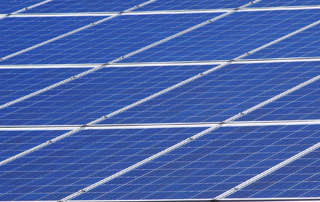 panneaux solaires sur bâtiment
