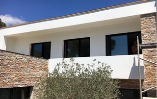 façade blanche lisse et pierres
