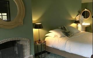 belle chambre aux murs verts