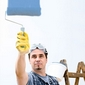 peintre et rouleau de peinture bleue