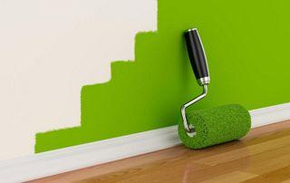 Mur vert et rouleau de peinture