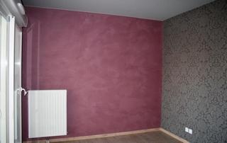 peinture chambre en violet et motifs gris