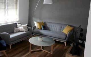 Canapé sur pied gris et coussins jaune moutarde