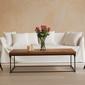 canapé blanc et table basse avec vase