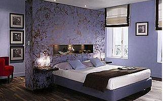 Chambre à coucher de couleur violette