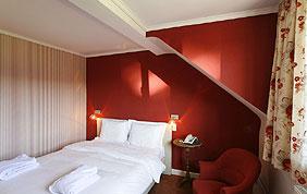 peinture murale rouge pour chambre à coucher