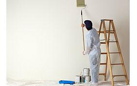 Homme qui peint un mur clair