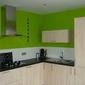 cuisine bois clair et mur vert