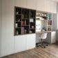 photo d'un placard et bureau blanc