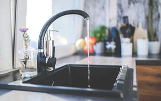 robinet d'eau qui coule