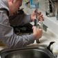 plombier réparant un évier