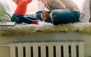 famille au-dessus d'un radiateur