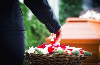 Cercueil et pétales de rose
