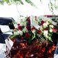 cercueil avec fleurs posées dessus
