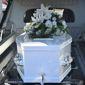 cercueil avec fleurs dans un corbillard