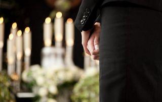 dame se recueillant à un enterrement