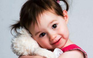 Petite fille avec ours en peluche