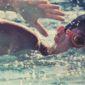 Enfant nageant dans une piscine