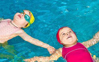 enfants qui flottent dans une piscine