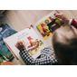 Enfant qui joue et lit avec livre d eveil
