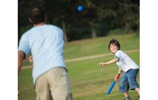 papa qui joue au baseball avec son fils