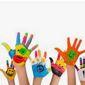 Mains d'enfants colorées