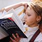 fille lisant livre d'anglais