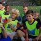 Groupe d'enfants sur un terrain de foot