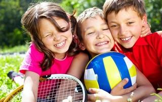 enfants, raquette et ballon