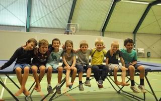 enfants dans une salle de sports