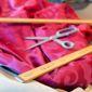 Tissu rose avec ciseau et règles