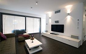 salon moderne avec des stores vénitiens aux fenêtres