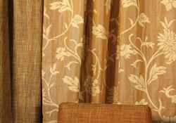 tenture mordorée à motifs fleurs or