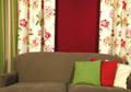 Canapé beige et coussins colorés