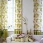 canapé et rideaux verts à motifs