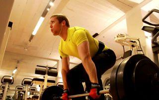 homme musculation haltères